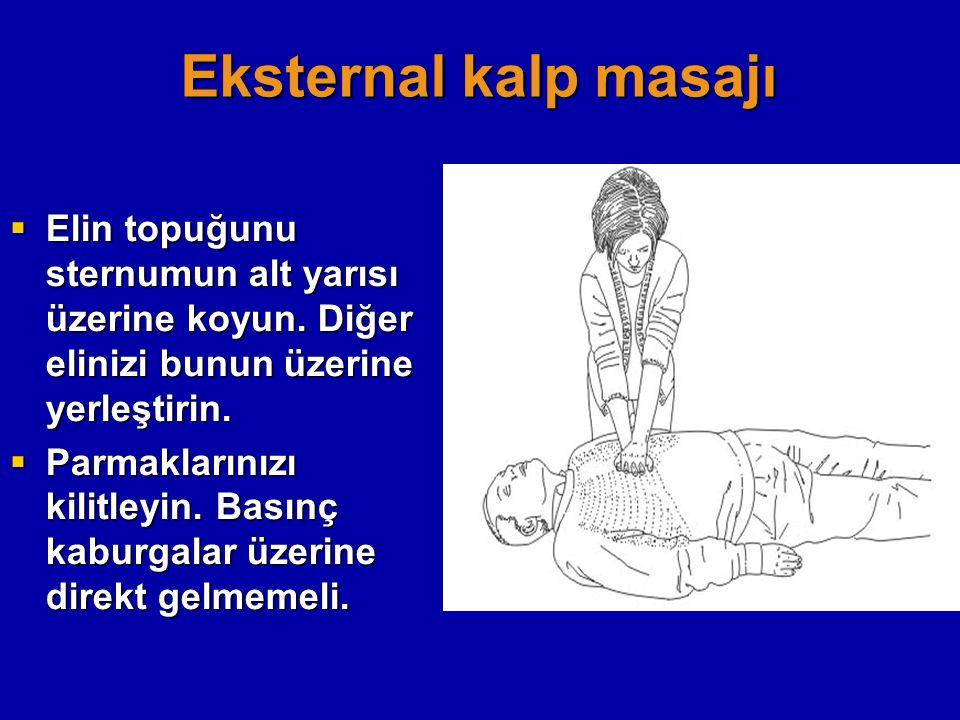 Eksternal kalp masajı Elin topuğunu sternumun alt yarısı üzerine koyun. Diğer elinizi bunun üzerine yerleştirin.