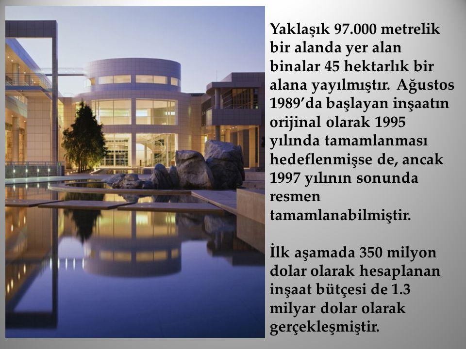 Yaklaşık 97.000 metrelik bir alanda yer alan binalar 45 hektarlık bir alana yayılmıştır. Ağustos 1989'da başlayan inşaatın orijinal olarak 1995 yılında tamamlanması hedeflenmişse de, ancak 1997 yılının sonunda resmen tamamlanabilmiştir.