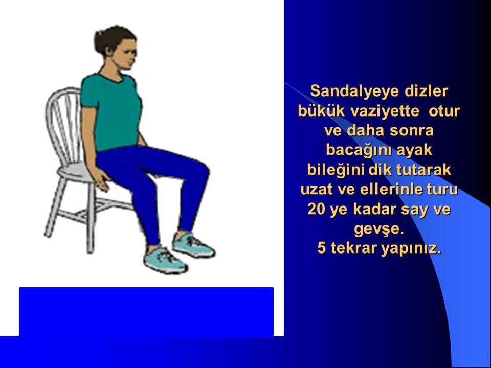 Sandalyeye dizler bükük vaziyette otur ve daha sonra bacağını ayak bileğini dik tutarak uzat ve ellerinle turu 20 ye kadar say ve gevşe.