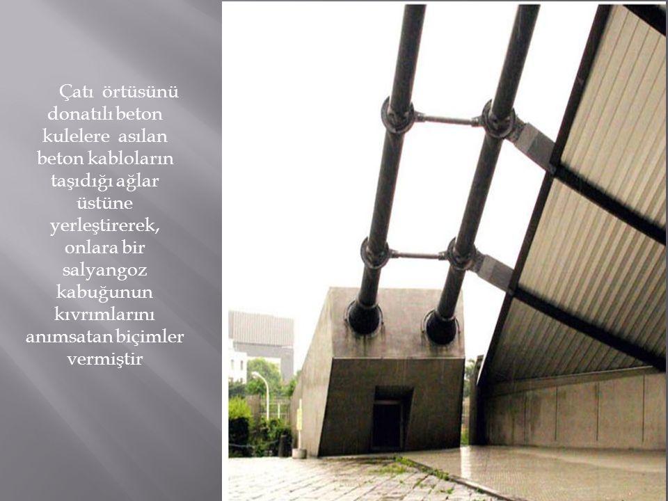 Çatı örtüsünü donatılı beton kulelere asılan beton kabloların taşıdığı ağlar üstüne yerleştirerek, onlara bir salyangoz kabuğunun kıvrımlarını anımsatan biçimler vermiştir