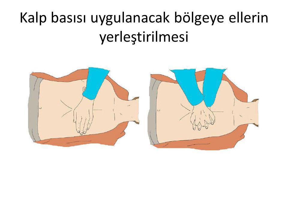 Kalp basısı uygulanacak bölgeye ellerin yerleştirilmesi