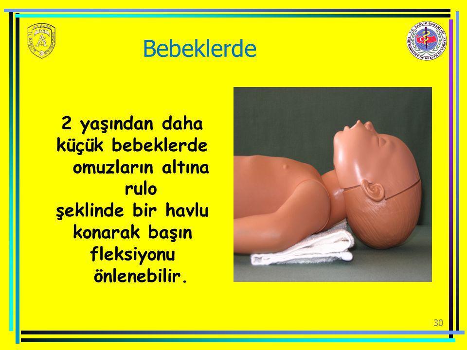 küçük bebeklerde omuzların altına rulo fleksiyonu önlenebilir.