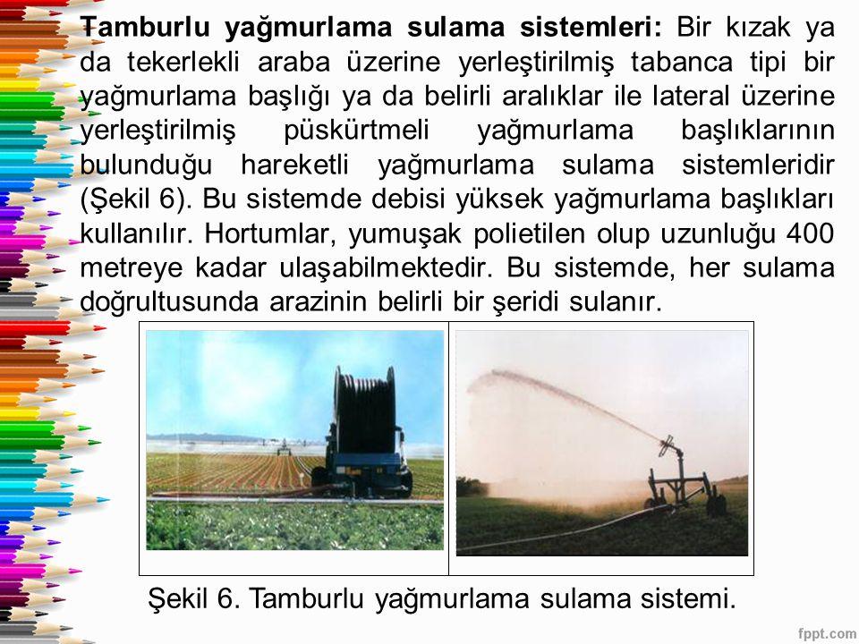 Tamburlu yağmurlama sulama sistemleri: Bir kızak ya da tekerlekli araba üzerine yerleştirilmiş tabanca tipi bir yağmurlama başlığı ya da belirli aralıklar ile lateral üzerine yerleştirilmiş püskürtmeli yağmurlama başlıklarının bulunduğu hareketli yağmurlama sulama sistemleridir (Şekil 6). Bu sistemde debisi yüksek yağmurlama başlıkları kullanılır. Hortumlar, yumuşak polietilen olup uzunluğu 400 metreye kadar ulaşabilmektedir. Bu sistemde, her sulama doğrultusunda arazinin belirli bir şeridi sulanır.