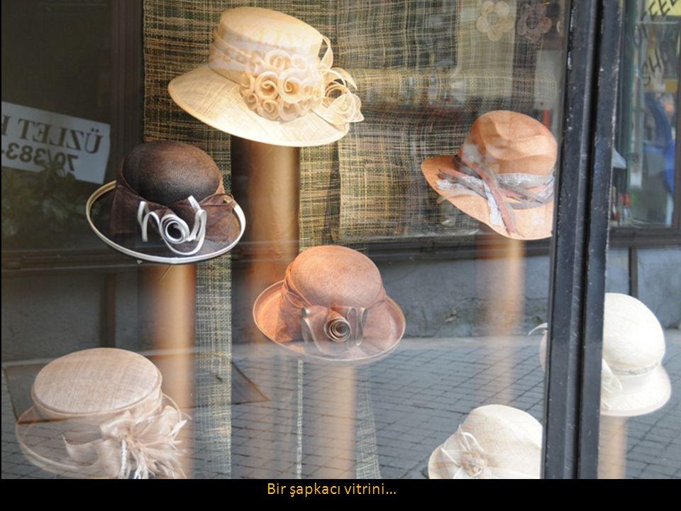 Bir şapkacı vitrini…