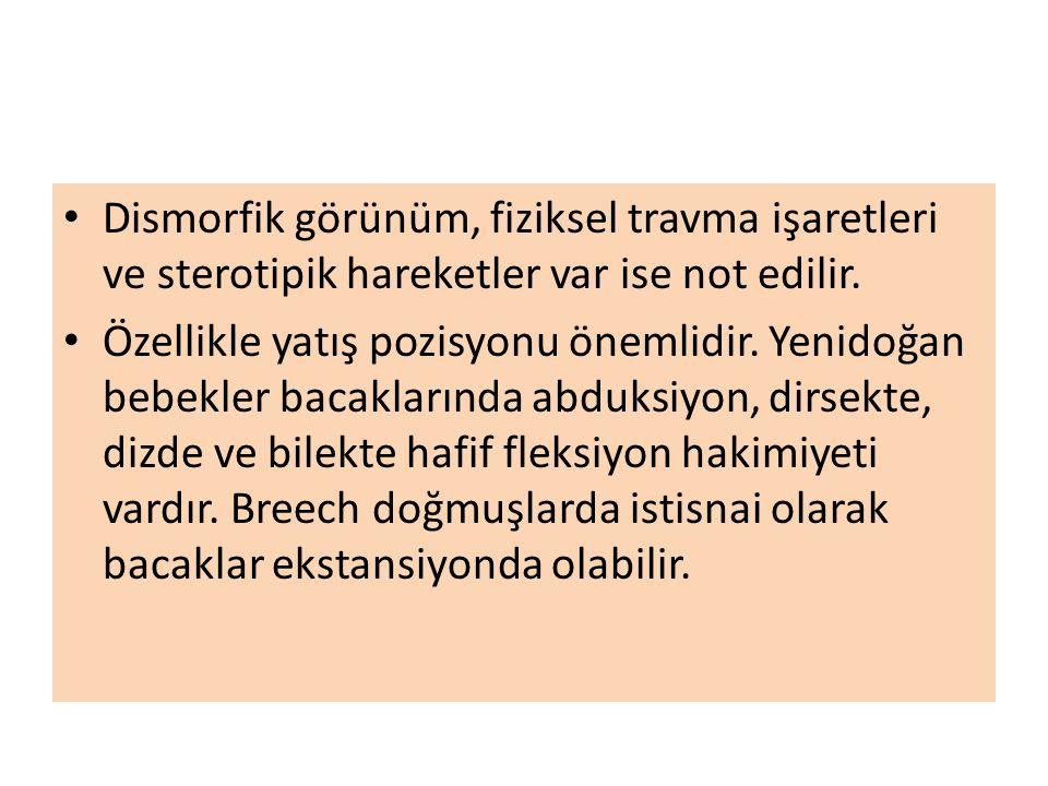 Dismorfik görünüm, fiziksel travma işaretleri ve sterotipik hareketler var ise not edilir.