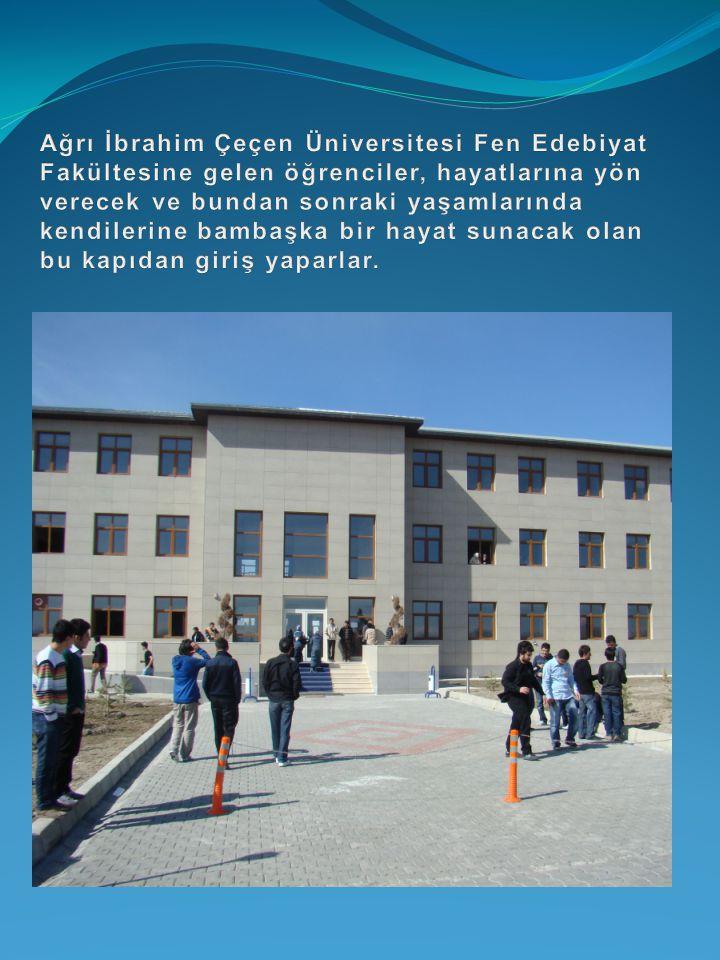Ağrı İbrahim Çeçen Üniversitesi Fen Edebiyat Fakültesine gelen öğrenciler, hayatlarına yön verecek ve bundan sonraki yaşamlarında kendilerine bambaşka bir hayat sunacak olan bu kapıdan giriş yaparlar.