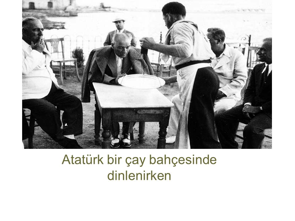 Atatürk bir çay bahçesinde dinlenirken