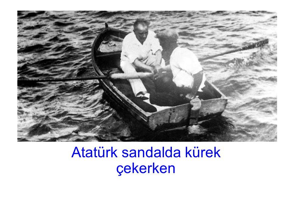 Atatürk sandalda kürek çekerken