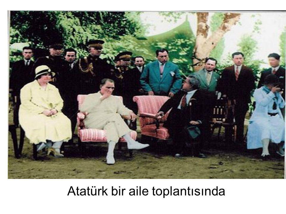 Atatürk bir aile toplantısında
