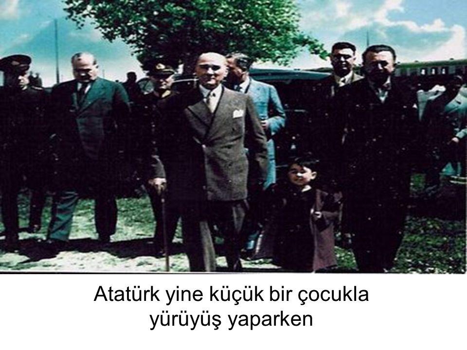 Atatürk yine küçük bir çocukla yürüyüş yaparken