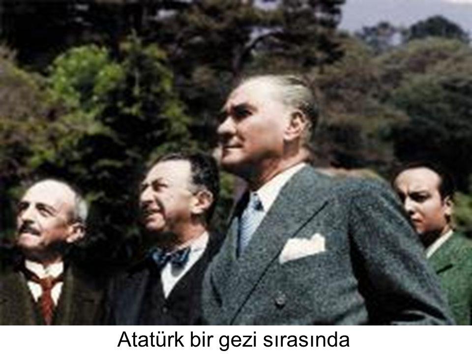 Atatürk bir gezi sırasında