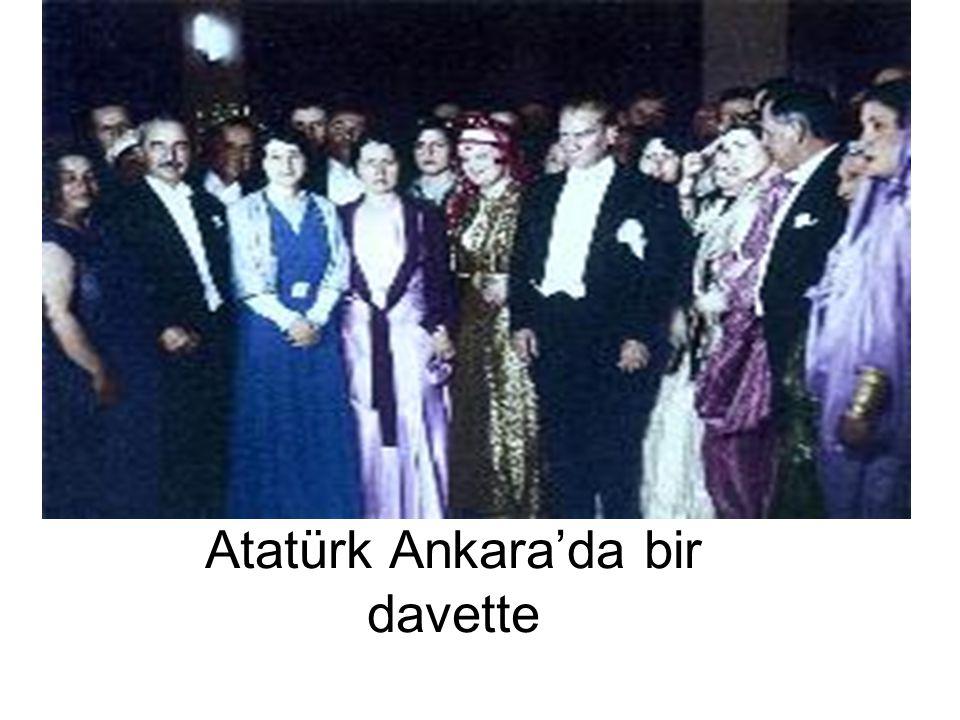 Atatürk Ankara'da bir davette