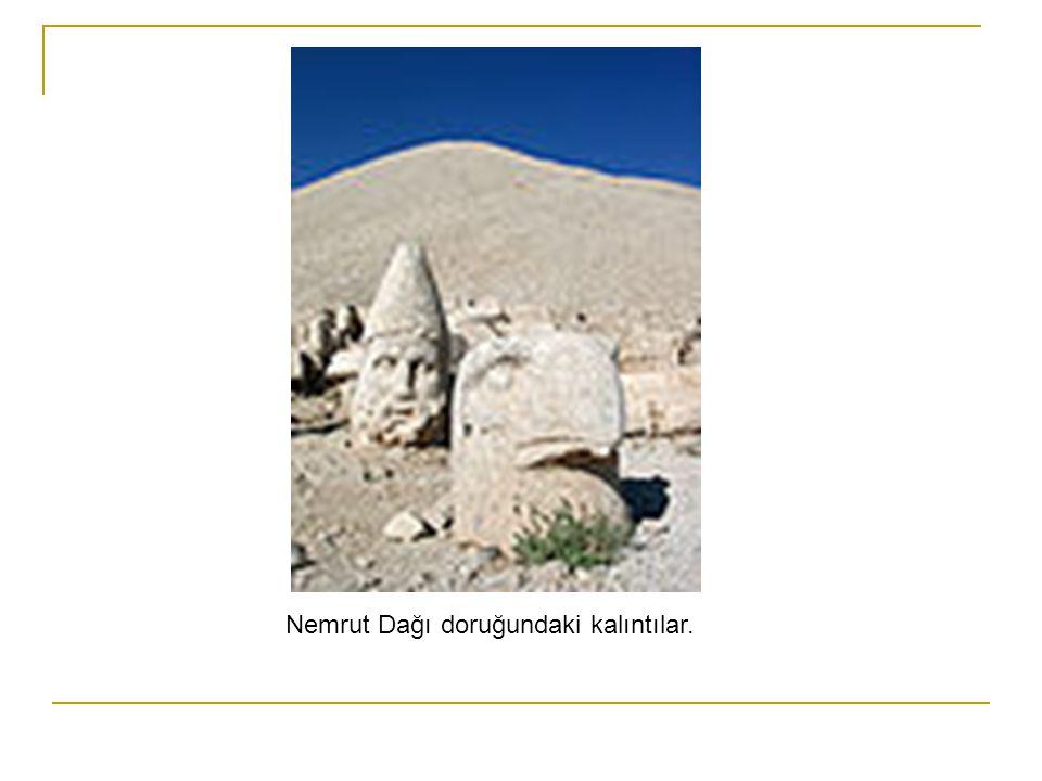 Nemrut Dağı doruğundaki kalıntılar.