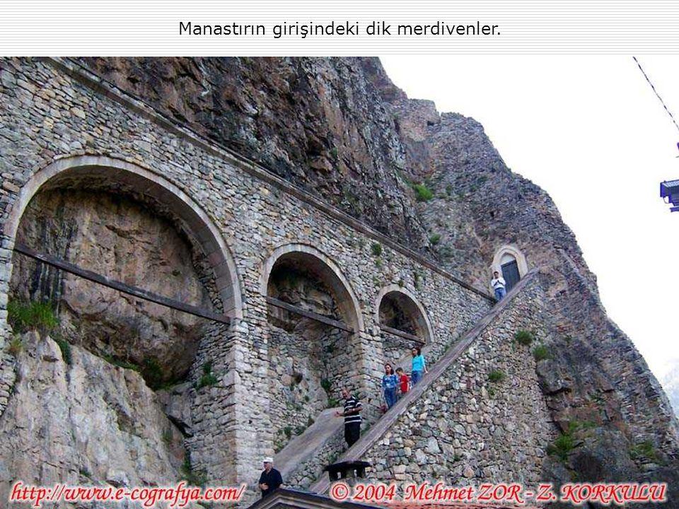 Manastırın girişindeki dik merdivenler.