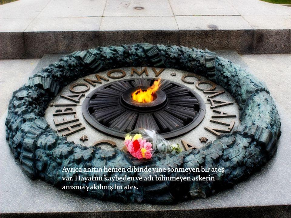 Ayrıca anıtın hemen dibinde yine sönmeyen bir ateş var