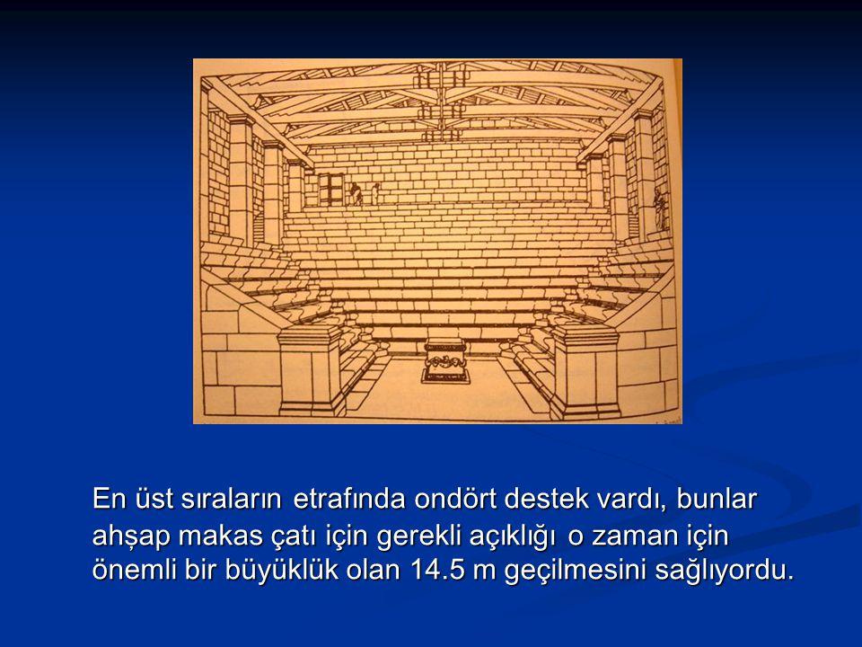 En üst sıraların etrafında ondört destek vardı, bunlar ahşap makas çatı için gerekli açıklığı o zaman için önemli bir büyüklük olan 14.5 m geçilmesini sağlıyordu.