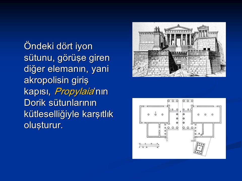 Öndeki dört iyon sütunu, görüşe giren diğer elemanın, yani akropolisin giriş kapısı, Propylaia'nın Dorik sütunlarının kütleselliğiyle karşıtlık oluşturur.