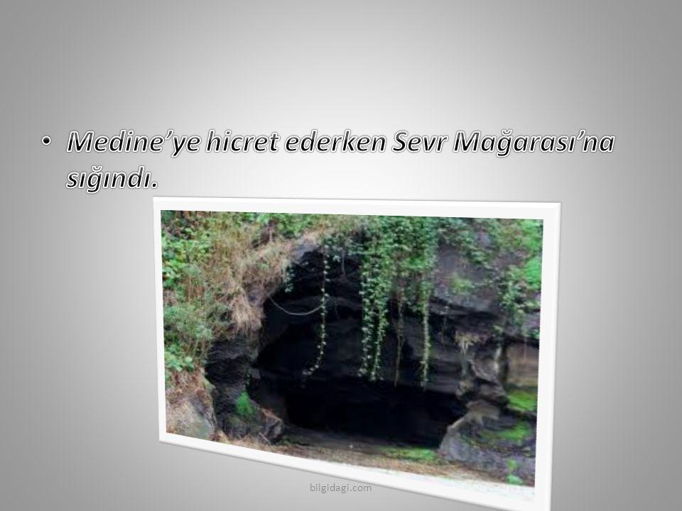 Medine'ye hicret ederken Sevr Mağarası'na sığındı.