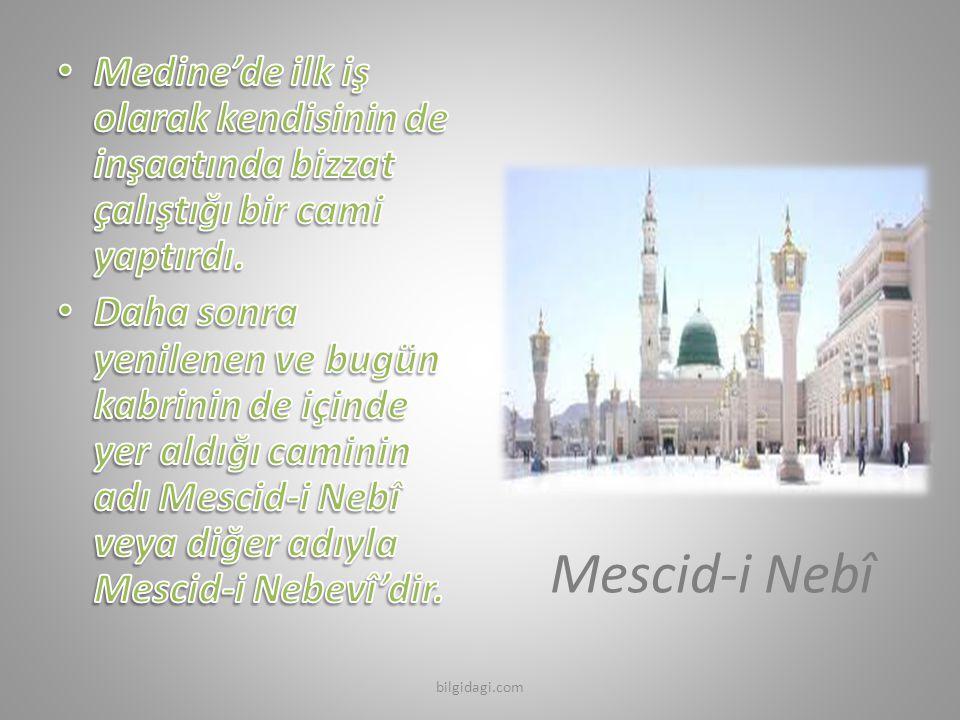Medine'de ilk iş olarak kendisinin de inşaatında bizzat çalıştığı bir cami yaptırdı.