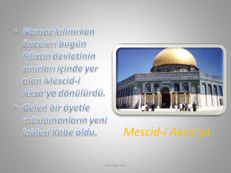 Namaz kılınırken önceleri bugün Filistin devletinin sınırları içinde yer alan Mescid-i Aksa'ya dönülürdü.