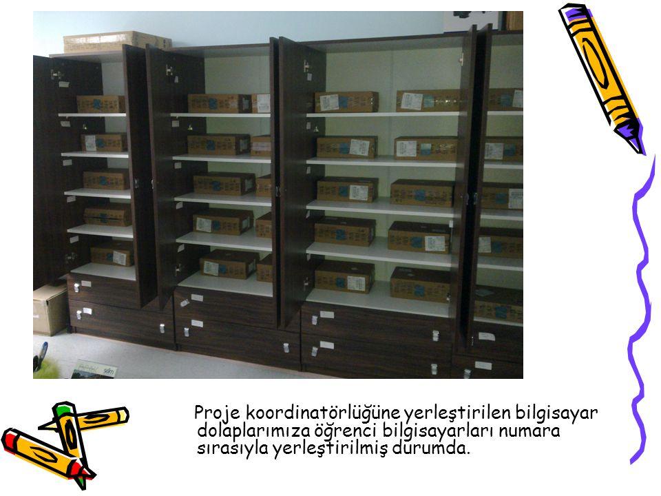 Proje koordinatörlüğüne yerleştirilen bilgisayar dolaplarımıza öğrenci bilgisayarları numara sırasıyla yerleştirilmiş durumda.