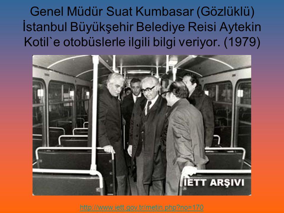 Genel Müdür Suat Kumbasar (Gözlüklü) İstanbul Büyükşehir Belediye Reisi Aytekin Kotil`e otobüslerle ilgili bilgi veriyor. (1979)