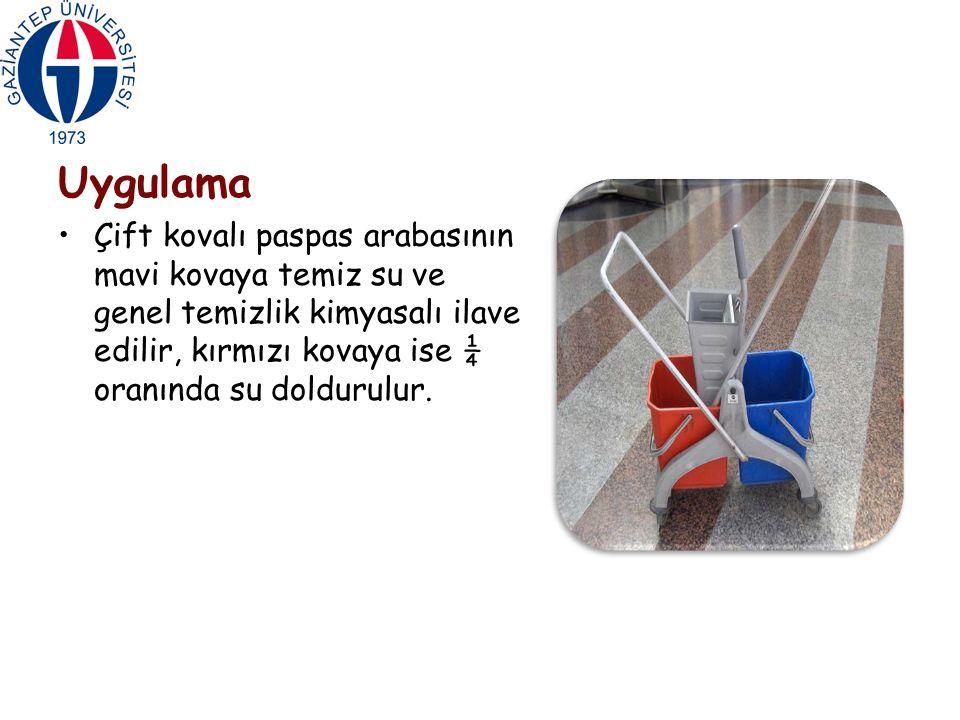 Uygulama Çift kovalı paspas arabasının mavi kovaya temiz su ve genel temizlik kimyasalı ilave edilir, kırmızı kovaya ise ¼ oranında su doldurulur.