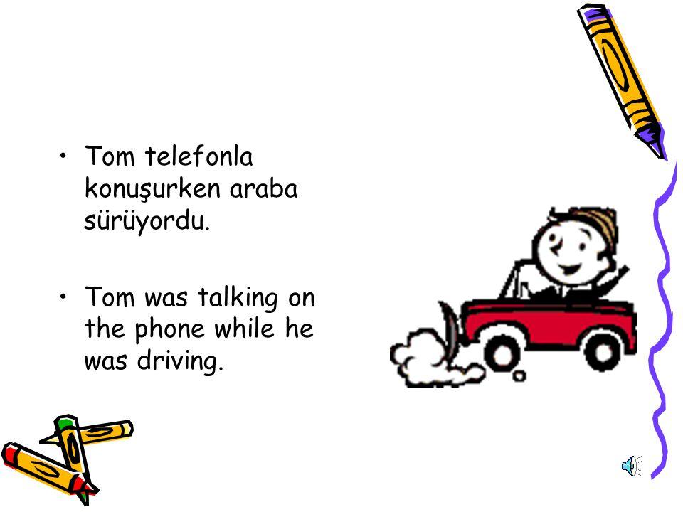 Tom telefonla konuşurken araba sürüyordu.
