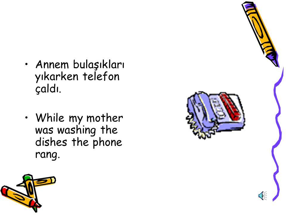 Annem bulaşıkları yıkarken telefon çaldı.