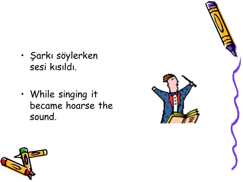 Şarkı söylerken sesi kısıldı.