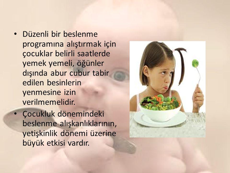 Düzenli bir beslenme programına alıştırmak için çocuklar belirli saatlerde yemek yemeli, öğünler dışında abur cubur tabir edilen besinlerin yenmesine izin verilmemelidir.