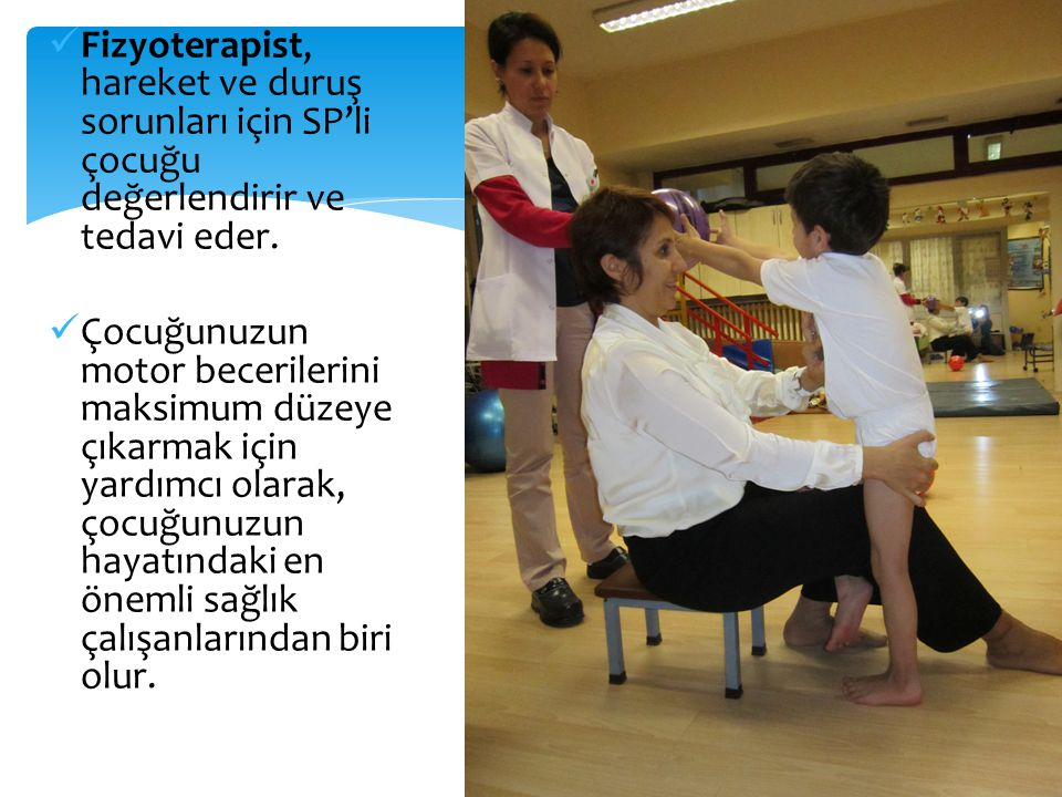 Fizyoterapist, hareket ve duruş sorunları için SP'li çocuğu değerlendirir ve tedavi eder.