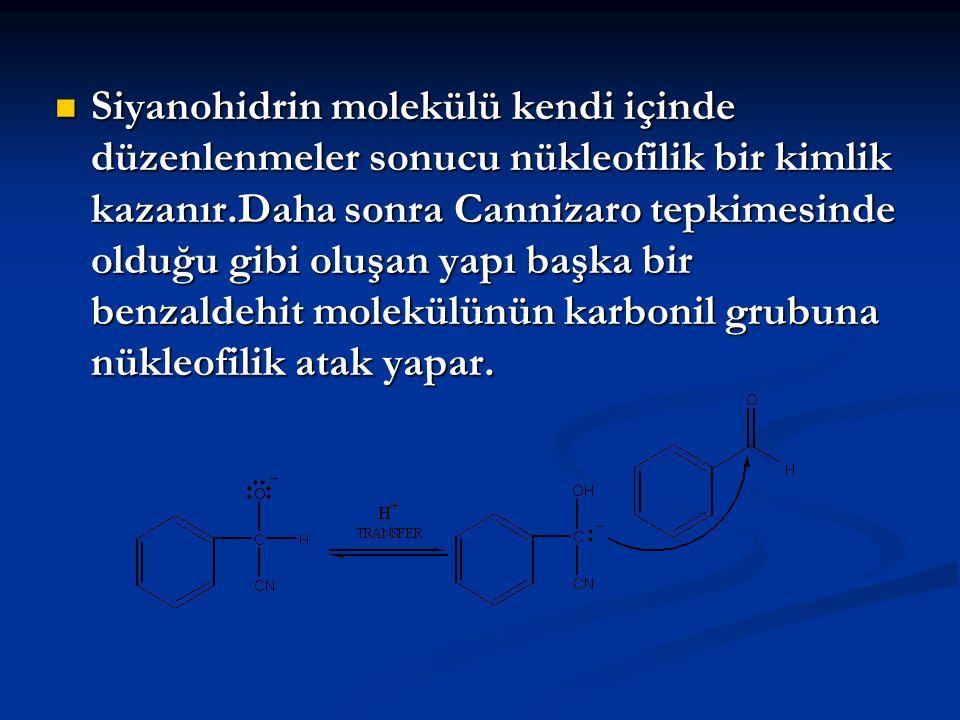 Siyanohidrin molekülü kendi içinde düzenlenmeler sonucu nükleofilik bir kimlik kazanır.Daha sonra Cannizaro tepkimesinde olduğu gibi oluşan yapı başka bir benzaldehit molekülünün karbonil grubuna nükleofilik atak yapar.