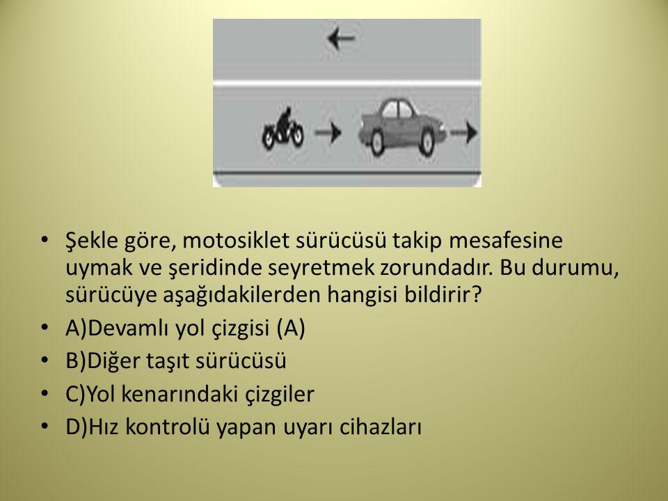 Şekle göre, motosiklet sürücüsü takip mesafesine uymak ve şeridinde seyretmek zorundadır. Bu durumu, sürücüye aşağıdakilerden hangisi bildirir