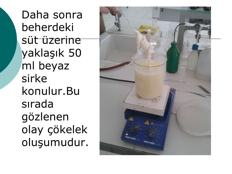 Daha sonra beherdeki süt üzerine yaklaşık 50 ml beyaz sirke konulur