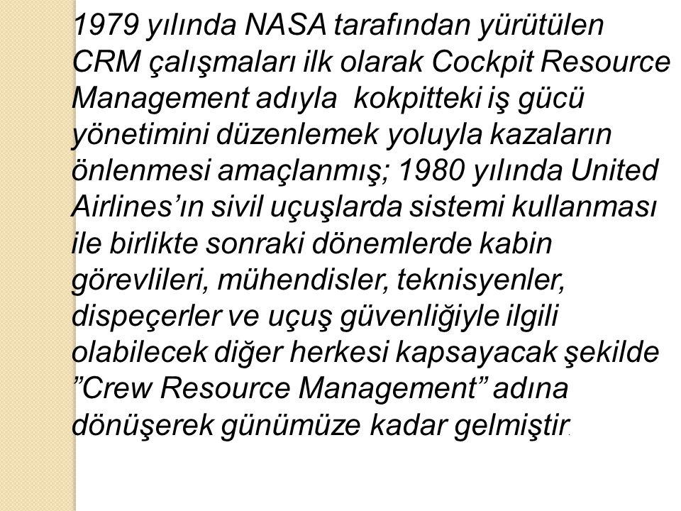 1979 yılında NASA tarafından yürütülen CRM çalışmaları ilk olarak Cockpit Resource Management adıyla kokpitteki iş gücü yönetimini düzenlemek yoluyla kazaların önlenmesi amaçlanmış; 1980 yılında United Airlines'ın sivil uçuşlarda sistemi kullanması ile birlikte sonraki dönemlerde kabin görevlileri, mühendisler, teknisyenler, dispeçerler ve uçuş güvenliğiyle ilgili olabilecek diğer herkesi kapsayacak şekilde Crew Resource Management adına dönüşerek günümüze kadar gelmiştir.