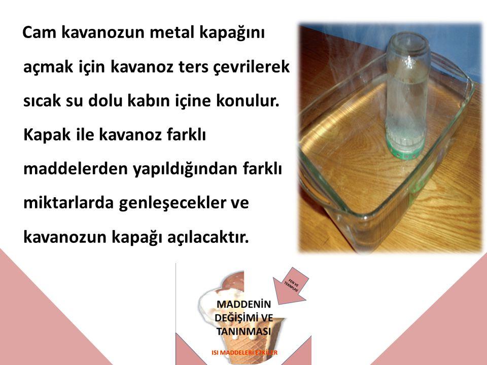 Cam kavanozun metal kapağını açmak için kavanoz ters çevrilerek sıcak su dolu kabın içine konulur.