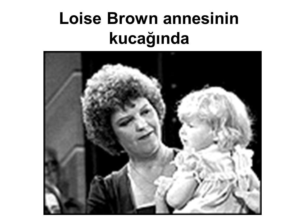 Loise Brown annesinin kucağında