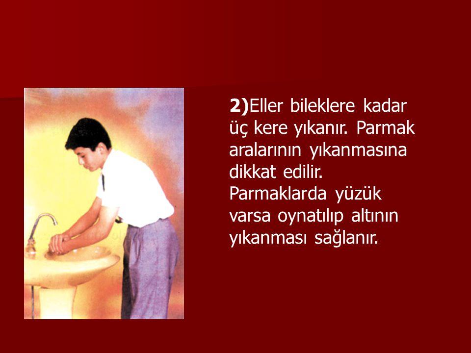 2)Eller bileklere kadar üç kere yıkanır