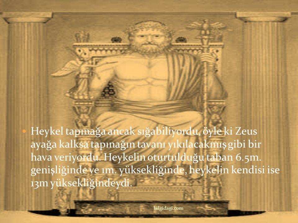 Heykel tapınağa ancak sığabiliyordu, öyle ki Zeus ayağa kalksa tapınağın tavanı yıkılacakmış gibi bir hava veriyordu. Heykelin oturtulduğu taban 6.5m. genişliğinde ve 1m. yüksekliğinde, heykelin kendisi ise 13m yüksekliğindeydi.