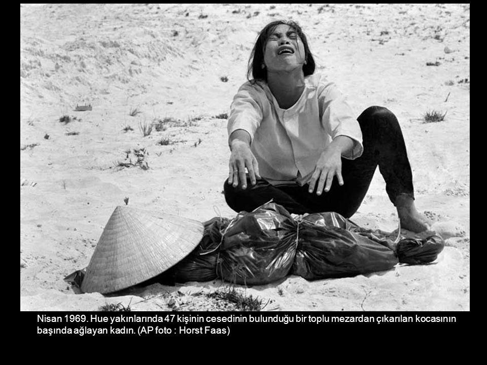 Nisan 1969. Hue yakınlarında 47 kişinin cesedinin bulunduğu bir toplu mezardan çıkarılan kocasının