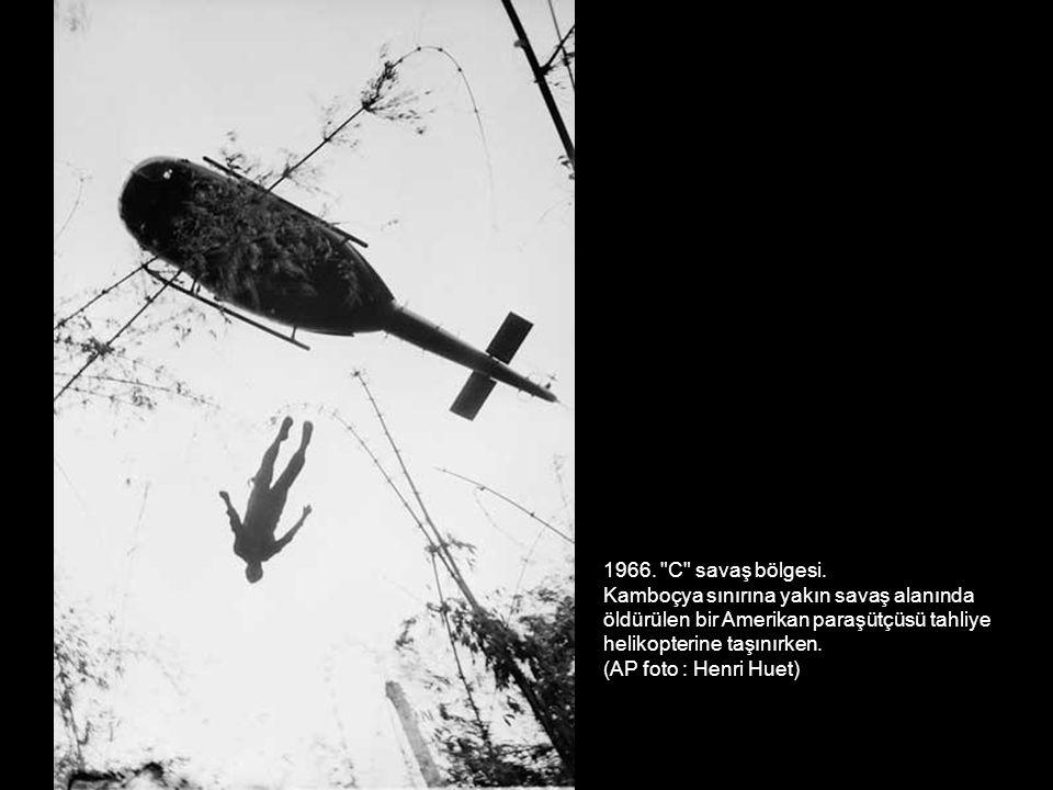 1966. C savaş bölgesi. Kamboçya sınırına yakın savaş alanında. öldürülen bir Amerikan paraşütçüsü tahliye.