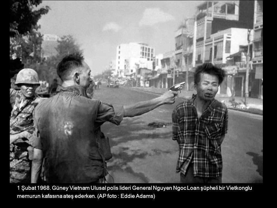 1 Şubat 1968. Güney Vietnam Ulusal polis lideri General Nguyen Ngoc Loan şüpheli bir Vietkonglu
