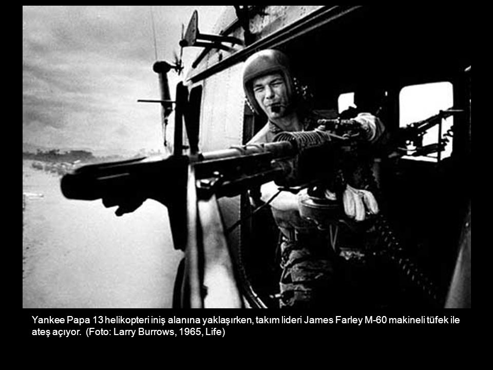 Yankee Papa 13 helikopteri iniş alanına yaklaşırken, takım lideri James Farley M-60 makineli tüfek ile