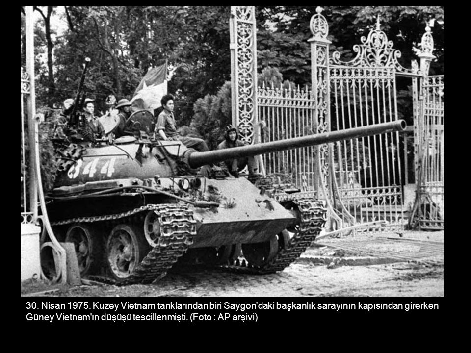 30. Nisan 1975. Kuzey Vietnam tanklarından biri Saygon daki başkanlık sarayının kapısından girerken