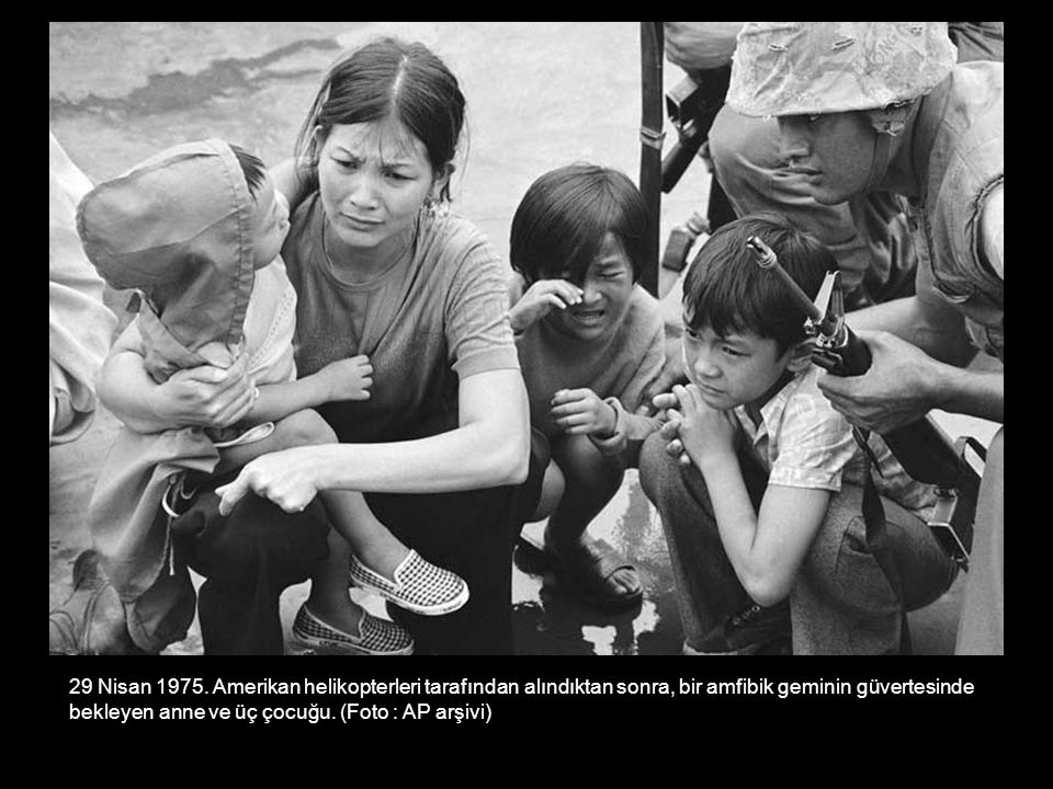 29 Nisan 1975. Amerikan helikopterleri tarafından alındıktan sonra, bir amfibik geminin güvertesinde