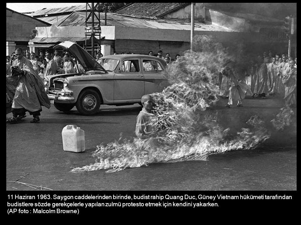 11 Haziran 1963. Saygon caddelerinden birinde, budist rahip Quang Duc, Güney Vietnam hükümeti tarafından budistlere sözde gerekçelerle yapılan zulmü protesto etmek için kendini yakarken.