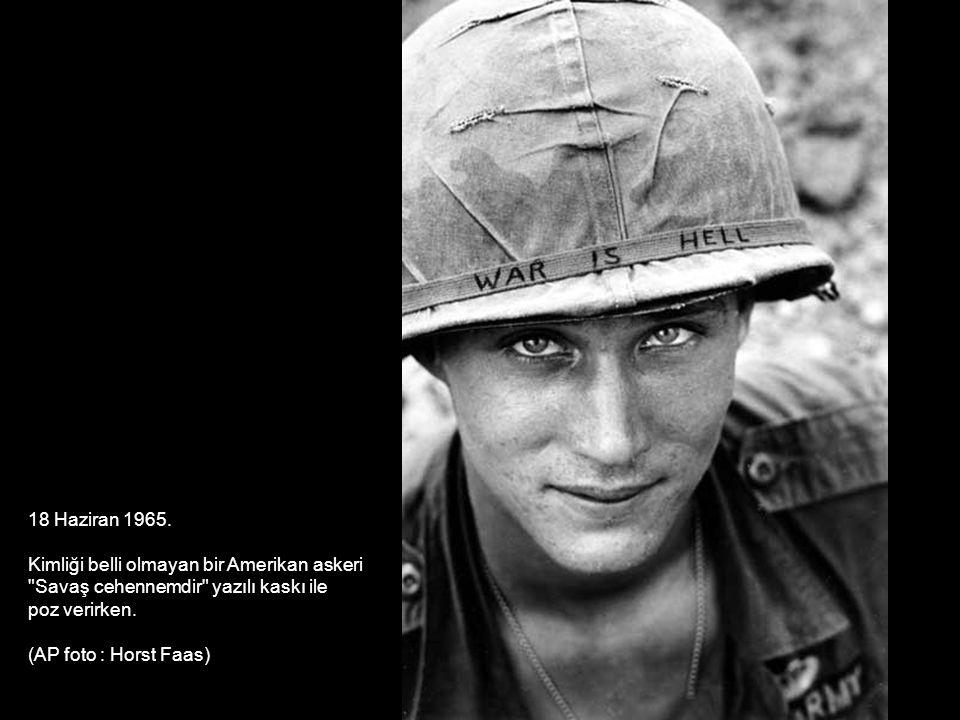 18 Haziran 1965. Kimliği belli olmayan bir Amerikan askeri. Savaş cehennemdir yazılı kaskı ile. poz verirken.