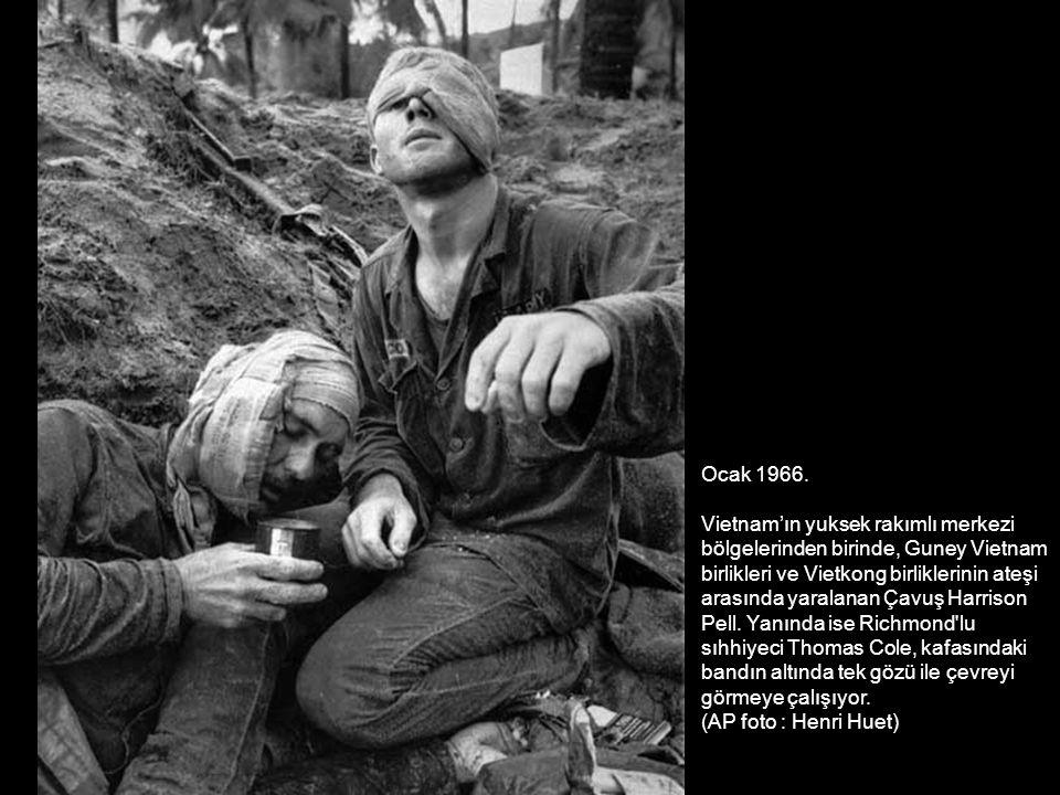 Ocak 1966. Vietnam'ın yuksek rakımlı merkezi. bölgelerinden birinde, Guney Vietnam. birlikleri ve Vietkong birliklerinin ateşi.