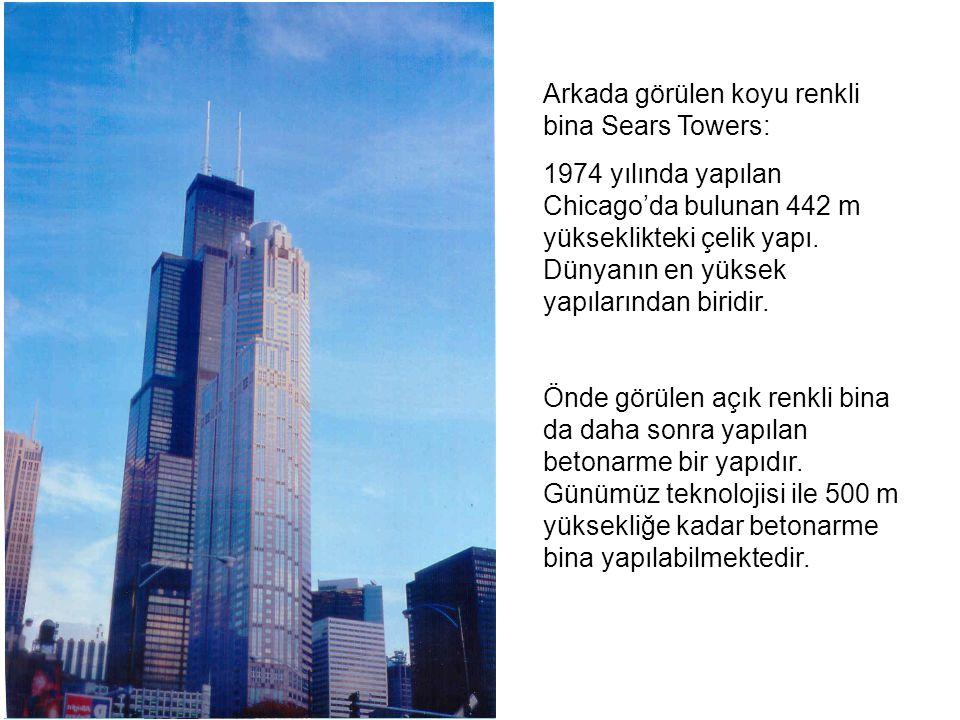 Arkada görülen koyu renkli bina Sears Towers: